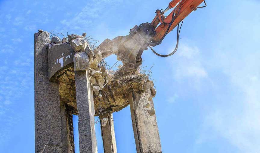 maquina de demolición en altura